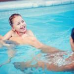 Schwimmbad mit Kind